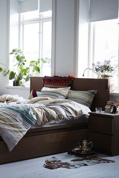 A good night's sleep starts with a comfy bed in the bedroom of your dreams. The perfect lighting, soft linens, IKEA storage to keep you organized and accessories to tie the room together - that's what sweet dreams are made of.