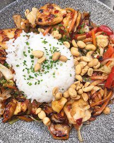 Kinamat thaimat, ris jordnötter koriander vitkål wok paprika lök morötter sockerärtor bambuskott groddar böngroddar