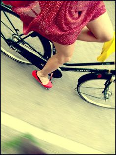 Cycle chic in red dress and red shoes (by a. Einstein, Yves Montand, Cycle Chic, Bicycle Girl, Bike Style, Jolie Photo, Vintage Bikes, Cycling Bikes, Poses