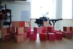 Gli strumenti del mestiere. Cubetti di legno incisi e con i quali creare segni e disegni. Ci vuole un po' di fantasia, ma i bambini si sa ne hanno tantissima!