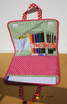 www.pikapic.es Maletín de dibujo para Jana. Abierto. Crafts For Kids To Make, Diy And Crafts, Arts And Crafts, Sewing Hacks, Sewing Crafts, Craft Projects, Sewing Projects, Art Folder, Sewing For Kids