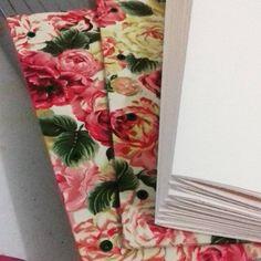 Aqui a produção não para! 😀 Mais um caderno a caminho... 📚  #encadernaçãomanualartística #papelaria #cadernosartesanais #tecidofloral #feitoàmão #produtosartesanais #bookbinding #stationery #handbook #handbooks #flowers #crafts