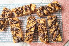Müslibarer med cornflakes - opskrift | Madling.dk Muesli Bars, Granola, Yummy Snacks, Healthy Snacks, Cornflake Cake, Cornflakes, Diabetic Desserts, Tortilla Wraps, Dinner For Two