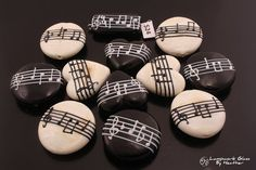 Looking for some easy painted rock ideas to get inspired by? See more ideas about Rock crafts, Painted rocks and Stone crafts. Pebble Painting, Pebble Art, Stone Painting, Diy Painting, Music Painting, Painting Tutorials, Stone Crafts, Rock Crafts, Art Rupestre