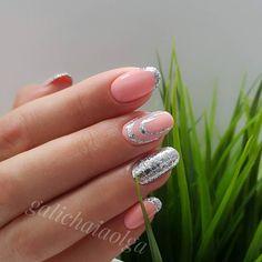 PRETTY! Love these short acrylic nails with glitter nail art #nailswag #naildesign #unas #nailart