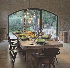 Réinventée en maison de vacances par l'architecte d'intérieur Marie-Laure Helmkampf, une ancienne bâtisse pastorale confronte tradition et modernité par une matrise de l'épure et de l'élégance. Reportage.