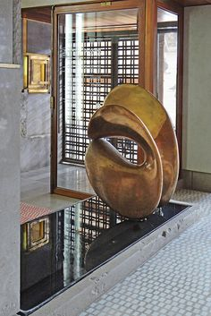Olivetti Showroom in Venice by Carlo Scarpa, The bronze sculpture Nudo al Sole by Alberto Viani, / Wikimedia Carlo Scarpa, Abstract Sculpture, Bronze Sculpture, Sculpture Art, Architecture Details, Interior Architecture, Interior And Exterior, Landscape Architecture, Land Art