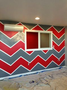 Red and Dark Grey Chevron Wall! Great idea for an OSU Buckeyes room! Ohio State Rooms, Ohio State Crafts, Grey Chevron Walls, Man Cave Essentials, Basement Craft Rooms, Hockey Bedroom, Live Wallpaper Iphone, New Home Designs, Creative Decor