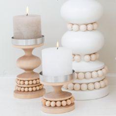 Aarikka RUUSTINNA Kerzenständer aus Holz, 13 cm hoch, natur unbehandelt Hinweis zu unbehandeltem Holz: Durch die Einwirkung von natürlichem Licht bildet sich auf unbehandeltem Holz eine Patina. Drehen Sie deshalb das Produkt von Zeit zu Zeit, um eine gleichmässige Oberfläche zu erhalten. Erhältlich in den Farbvarianten rot, weiß und natur. Das Unternehmen AARIKKA: Aarikka ist neben iittala und marimekko eine der großen Design-Marken aus Finnland.