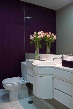 Flores  Um vaso de flores também pode ser bem vindo no banheiro, deixando o ambiente mais harmonioso e delicado. Pode ser um vaso com uma única flor ou uma composição.