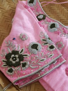 Aari Work Blouse, Hand Work Blouse Design, Simple Blouse Designs, Designer Blouse Patterns, Fancy Blouse Designs, Saree Blouse Designs, Design Patterns, Green Blouse, Green Saree