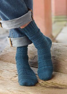 Beim Mustermix dieser Socken wird ein Rechts-Links-Muster mit Patentmaschen kombiniert. Das Beste daran: Der Rapport geht nur über vier Maschen und die Socken können in jeder beliebigen Größe gestrickt werden. Alle wichtigen Maschenangaben findest Du in der Größentabelle zu Schachenmayr REGIA 4-fädig.