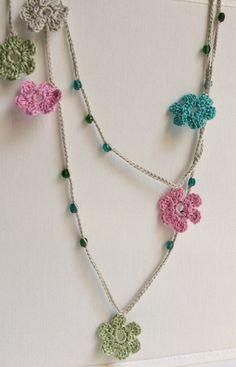 Collar de ganchillo de flores azules verdes y rosas con