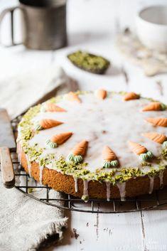 Ein Kuchenklassiker - nicht nur zu Ostern! Schneller Karottenkuchen, der tagelang super saftig bleibt. Kinderleicht gemacht!