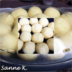 Kartoffelknödel halb & halb      500 gr. geschälte Kartoffeln (mehligkochende) in groben Stücken   ím Mixtopf in 20 Sekunden, Stufe 5 zerkleinern  dann diese Masse in einem sauberen Küchentuch kr
