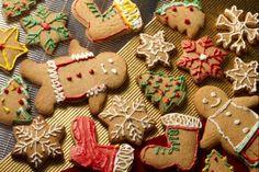 """Biscotti di Pan di zenzero (gingerbread)Ingredienti per 30-35 biscotti: Farina """"00"""" - 350 gr Zucchero 160 g Burro 150 g Uova 1 Sale 1 pizzico Miele 150 gr (o melassa) Cannella in polvere 2 cucchiaini rasi Noce moscata in plvere 1/4 di cucchiaino Zenzero in polvere 2 cucchiaini rasi Chiodi di garofano in polvere 1/2 cucchiaino Bicarbonato 1/2 cucchiaino INGREDIENTI PER LA GLASSA COLORATA Coloranti alimentari a piacere Zucchero a velo 150 gr Uova 1 albume (circa 30 gr)"""