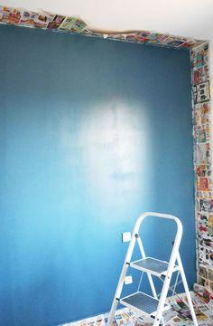 Pour peindre le mur d'une pièce sans tâcher le plafond ou les autres murs, utilisez du papier journal !   Avec du scotch de peindre et après avoir protéger les angles, collez de vieilles publicités sur tous les côtés de votre mur.   Vous pouvez maintenant peindre au pinceau ou avec un pistolet, la peinture ne tâchera pas les murs que vous ne souhaitez pas peindre !  Découvrez cette astuce pour peindre une chambre sur mon blog, avec d'autres conseils. Angles, Chair, Scotch, Journal, Furniture, Blog, Home Decor, Paint Cans, Painted Houses