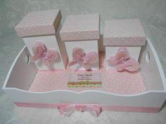 Kit higiene composto por 3 potes em mdf e bandeja.  Com aplicação de borboletas  em feltro  *Cores disponíveis rosa e lilás  ** PRODUTO EXCLUSIVO - EXPRESSAMENTE PROIBIDO CÓPIAS R$ 95,00