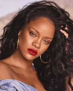 Rihanna is a woman of many talents. She's a spectacular singer, an amazing business woman, and she has this incredible ability to make me spend all my paychecks on Fenty Beauty products. Rihanna Mode, Rihanna Riri, Rihanna Style, Rihanna Fenty Beauty, Rihanna Baby, Best Of Rihanna, Ivana Santacruz, Goth Make Up, Hair