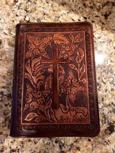 Beautiful Floral Tooled Leather Bible Cover by NTexasLeatherwork Tooled Leather Purse, Leather Art, Leather Books, Custom Leather, Handmade Leather, Leather Jewelry, Leather Bible Cover, Leather Book Covers, Bible Cases