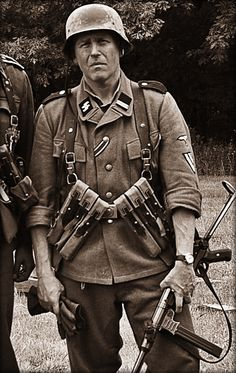 A Great Photo but who, where and when was it taken? Ww2 Uniforms, German Uniforms, German Soldiers Ww2, German Army, Military Photos, Military History, Norwegian Army, Germany Ww2, War Photography