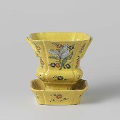 De Porceleijne Lampetkan | bloempot van veelkleurig beschilderde faience, met onderschotel, De Porceleijne Lampetkan, c. 1750 - c. 1775 | bloempot van veelkleurig beschilderde faience op een gele fond. De bloempot bestaat uit een vaas en een schotel in Lodewijk XVde stijl. De bloempot en de schotel zijn versierd met tulpen en madelieven en gemerkt met de letters LPK. Bij de bloempot hoort een identiek exemplaar met invnr. BK-NM-11351-a.
