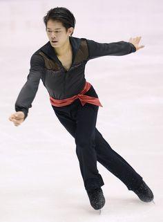 Takahiko Kozuka performs in the men's short program at Makomanai Sekisui Heim Ice Arena, on Dec. 25, 2015. (Mainichi) (586×798) http://mainichi.jp/english/graphs/20160315/hpe/00m/0dm/001000g/1