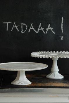 Glastortenplatte vom Flohmarkt mit weißer Farbe ansprühen - wunderschöne Tortenplatte