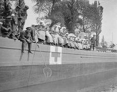 World War I nurses, fishing.  IWM.