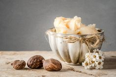 Shea butter is a skin superfood that comes from the seeds of the fruit of the Shea tree and that is naturally rich in vitamins A, E and F. It offers UV protection and provides the skin with essential fatty acids.