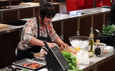 Anche Daiana cerca di copiare le gesta dello chef Barbieri