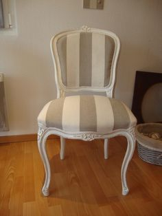 Enjoy your interior by creating a winter garden worthy of the name. Antique Chairs, Vintage Chairs, Chaise Louis Xv, Louis Xv Chair, Upholstered Furniture, Home Furniture, Classic Dining Room, Muebles Living, French Chairs
