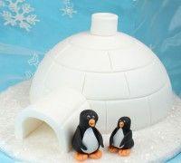 Een winterse thema taart maken? Maak eenvoudig een iglo van een boltaartje.