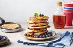 Klasyczne śniadanie w stylu amerykańskim – pancakes z borówkami i syropem klonowym. Przepis Johna Jamesa znajdziesz na stronie Kuchni Lidla!