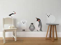 Onze prachtige Noordpool / Zuidpool dieren muur sticker/sticker set functies een ijsbeer, een sneeuw-Vos, twee pinguïns en een papegaaiduiker. De sticker set maakt een mooi cadeau voor een baby of kind en kan worden gebruikt voor het decoreren van muren of meubilair in een