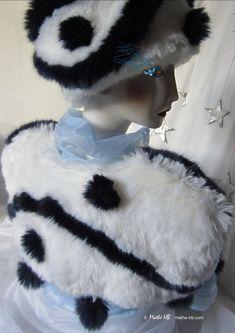 boléro 8 pompons, chauffe-épaules blanc loup et marine nuit bleue, veste faux-fur luxe, cérémonie mariage hiver en mer, fête noël nouvel-an