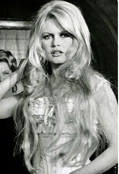 The Most Iconic Wavy Hairstyles - Brigitte Bardot The Most Iconic Wavy Hairstyles Brigitte Bardot, Bridget Bardot, Jane Birkin, Hollywood Glamour, Old Hollywood, Bardot Hair, Divas, Daily Hairstyles, Funky Hairstyles