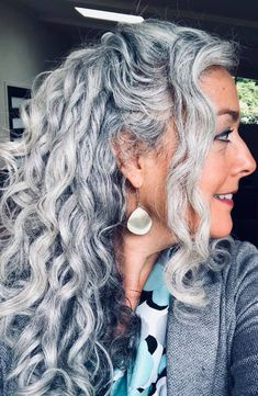 Trendy hair color gray ageless beauty - Silver hair - Beauty Tips and Tricks Grey Hair Don't Care, Grey Curly Hair, Long Gray Hair, Grey Wig, Curly Hair Styles, Natural Hair Styles, Natural Curls, Emo Hair, Natural White Hair
