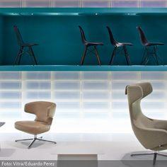 """Messestand von Vitra auf der Salone Internazionale del Mobile 2013. Eames Plastic Side Chair"""" wurde zwar schon 1950 entworfen, ist aber noch heute ein Dauerbrenner. Eben darum hat Vitra den Stuhl um eine neue Farbe erweitert – ab jetzt gibt es den Stuhl auch in Basalt. Dazu gesellen sich am Messestand die Sessel aus der """"Repos""""-Produktfamilie. Neu dabei ist der """"Petit Repos"""", eine niedrige und kleinere Version der Loungesessel """"Repos"""" und """"Grand Repos""""."""