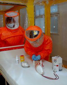 A opět trénujeme. Tým pro vysoce nebezpečné nákazy z infekční kliniky tentokrát nacvičuje odběry. Není to totiž tak jednoduché manipulovat s čímkoliv ve dvojitých rukavicích a celotělových ochranných oblecích.