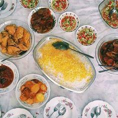 A typical Iranian meal. #Tehran #Iran. Photo by Farbod Pahlevan @farbodpahlevan #everydaytehran #everydayiran #everydaymiddleeast  #everydayasia #everydayeverywhere  سفرهی ايرانى. #تهران #ایران. عکاس:  فربد پهلوان by everydayiran