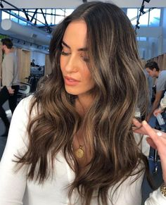Gorgeous is this dimensional brunette by ⁠ Full head of perfectly blended by 💚 To en Sunkissed Hair Brunette, Brunette Hair With Highlights, Dark Brunette Hair, Brown Blonde Hair, Ombre On Dark Hair, Highlights For Brunettes, Dark Brown Hair With Blonde Highlights, Medium Brunette Hair, Ombre Hair