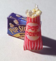Maria's Minis: Making Miniature Popcorn From Styrofoam and Free Popcorn Bag Template Dollhouse Miniature Tutorials, Miniature Food, Dollhouse Miniatures, Free Popcorn, Popcorn Bags, Popcorn Crafts, Pop Corn, All The Small Things, Tiny Food