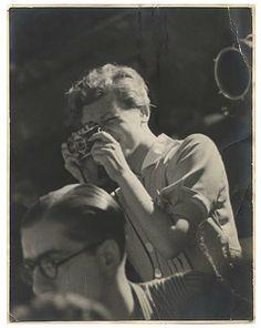 Donna controcorrente, spirito libero e fotografa pionieristica, Gerda Taro ha speso la sua breve e intensissima vita documentando il fronte caldo della guerra civile spagnola con forte capacità visiva e molto coraggio.   See more on: http://it.wikipedia.org/wiki/Gerda_Taro  Gerda Taro Pohorylle (Stoccarda, 1 agosto 1910 – Brunete, 26 luglio 1937)