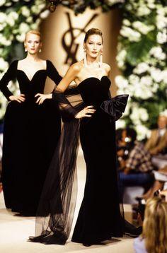 Carla Bruni at Yves Saint Laurent Haute Couture F/W 1995 Carla Bruni, 90s Fashion, Runway Fashion, Vintage Fashion, Diva Fashion, Style Couture, Haute Couture Fashion, Ysl, Style Année 90
