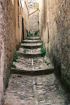 Tight and steep alleys in #Erice. Don't choose the main streets but get lost in the secondary alleys, look the towers from another point of view and enjoy this strange #medieval town, which let its light shine in #spring and #fall. It's just 10 minutes from #Trapani. To know more have a look at #B&B Belveliero bebtrapanilveliero.it