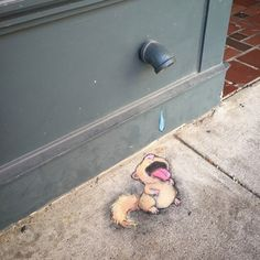 Vor etwa einem Jahr haben wir hier auf WHUDAT erstmals, die herrlich unterhaltsa… About a year ago, we presented the wonderfully entertaining street art creations by David Zinn here on WHUDAT for the first time. 3d Street Art, Street Art Graffiti, Graffiti Kunst, Urban Street Art, Murals Street Art, Amazing Street Art, Street Artists, Urban Art, Amazing Art
