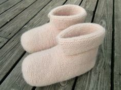 Strikk og tov et par deilige, varme tøfler - av Tusen Ideer Diy And Crafts, Arts And Crafts, Slipper Boots, Knitting Socks, Needle And Thread, Mittens, Knitwear, Knitting Patterns, Knit Crochet