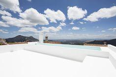 Piscina en azotea / Por fuera casa de pueblo, por dentro loft industrial #hogarhabitssimo #piscina