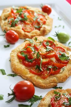Mini Roasted Tomato Mini Pies with Ricotta, Parmesan, and Garlic Think Food, I Love Food, Food For Thought, Good Food, Yummy Food, Pizza Recipes, Appetizer Recipes, Vegetarian Recipes, Cooking Recipes